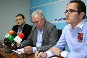 De Izq. a dra. Diego Martinez, presidente Asociación pro Encierros, José Soría, alcalde de Cehegín y Rubén Sánchez, concejal de Festejos