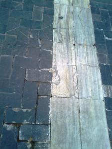 Adoquines rotos y levantados glorieta Caravaca