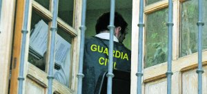 Un guardia civil de la UCO, ayer, con documentación en la mano, en una dependencia del Ayuntamiento de Caravaca de la Cruz.