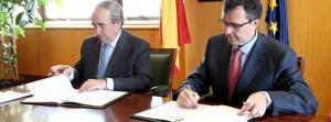 El consejero de Universidades, Empresa e Investigación, José Ballesta (d), firma con el secretario general de Industria y de la Pequeña y Mediana Empresa, Luis Valero, el convenio de colaboración.