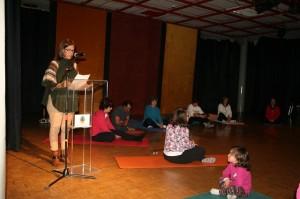 María de Béjar, Concejal de Mujer e Igualdad, al fondo alumn@s Escuela Municipalde Yoga