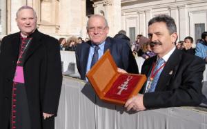 El Hermano Mayor muestra la cruz pectoral que le regaló al Papa Francisco