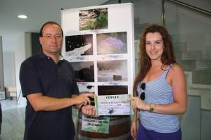 El concejal entrega uno de los premios