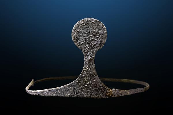 Diadema de plata hallada en la tumba principesca. Es la única de su época que se conserva hoy en España