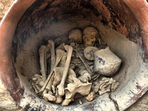 Interior de la tumba principesca con los esqueletos y el ajuar funerario. UAB