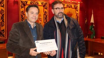 El Alcalde entrega el cheque por valor de cinco mil euros al responsable de Caritas en Bullas