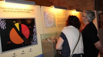 Atendiendo a los paneles informativos del Museo del Vino