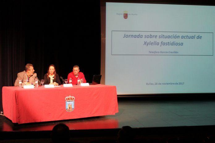 Durante la charla sobre la Xylella la Alcaldesa presidió la mesa